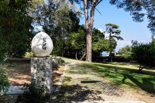 """David Shrigley, """"Egg"""", 2011. Im Garten von Sammler Dakis Joannu auf Korfu."""